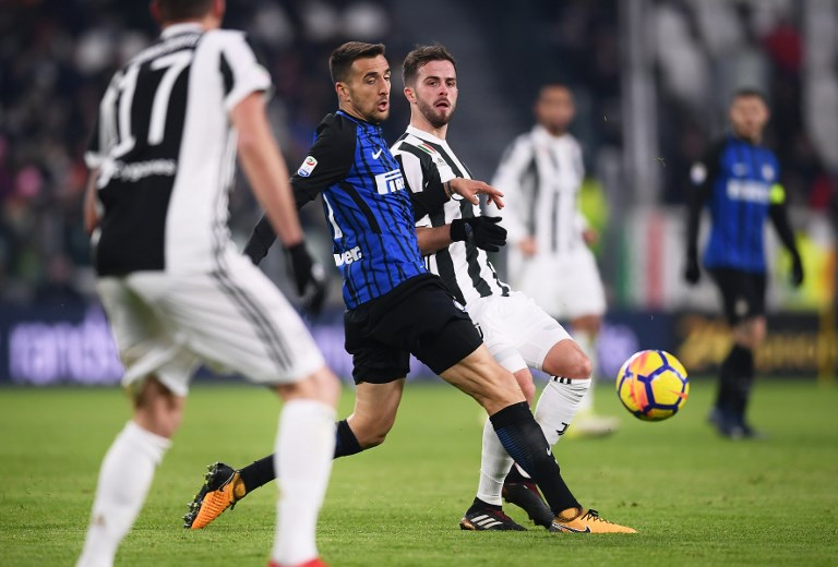 Inter Milan's Uruguyan midfielder Matias Vecino (C/L) fights for the ball with Juventus midfielder Miralem Pjanic during the Italian Serie A football match between Juventus and Inter Milan at The 'Allianz Stadium' in Turin on December 9, 2017. / AFP PHOTO / MARCO BERTORELLO