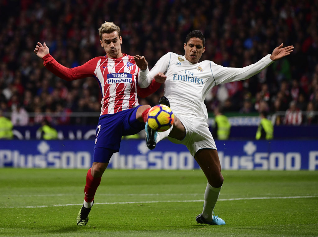 Atletico Madrid's French forward Antoine Griezmann (L) vies with Real Madrid's French defender Raphael Varane during the Spanish league football match Atletico Madrid vs Real Madrid at the Wanda Metropolitan stadium in Madrid on November 18, 2017. / AFP PHOTO / PIERRE-PHILIPPE MARCOU