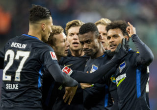 Berlin's Ivorian midfielder Salomon Kalou celebrates after scoring the second goal (2ndR) during the German first division Bundesliga football match between RB Leipzig and Hertha Berlin on December 17, 2017 in Leipzig. / AFP PHOTO / ROBERT MICHAEL / RESTRICTIONS: DURING MATCH TIME: DFL RULES TO LIMIT THE ONLINE USAGE TO 15 PICTURES PER MATCH AND FORBID IMAGE SEQUENCES TO SIMULATE VIDEO. == RESTRICTED TO EDITORIAL USE == FOR FURTHER QUERIES PLEASE CONTACT DFL DIRECTLY AT + 49 69 650050