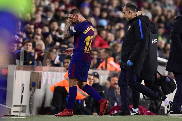 Barcelona's Spanish forward Paco Alcacer (L) leaves the field after sustaining an injury during the Spanish league football match FC Barcelona against RC Deportivo de la Coruna at the Camp Nou stadium in Barcelona on December 17, 2017. / AFP PHOTO / JAVIER SORIANO