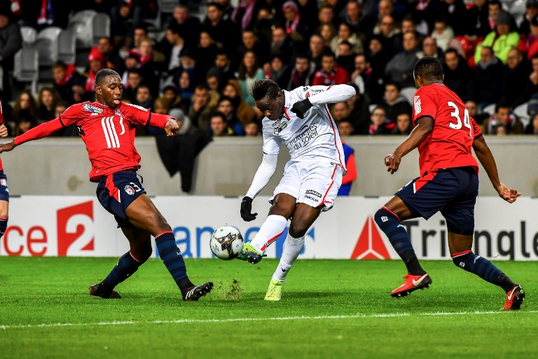 Nice's Italian forward Mario Balotelli (C) vies with Lille's Ivorian defender Kouadio-Yves Dabila (R) during the French League Cup round of 16 football match between Lille vs Nice on December 13, 2017 at the Pierre Mauroy Stadium in Villeneuve d'Ascq, northern france. / AFP PHOTO / PHILIPPE HUGUEN