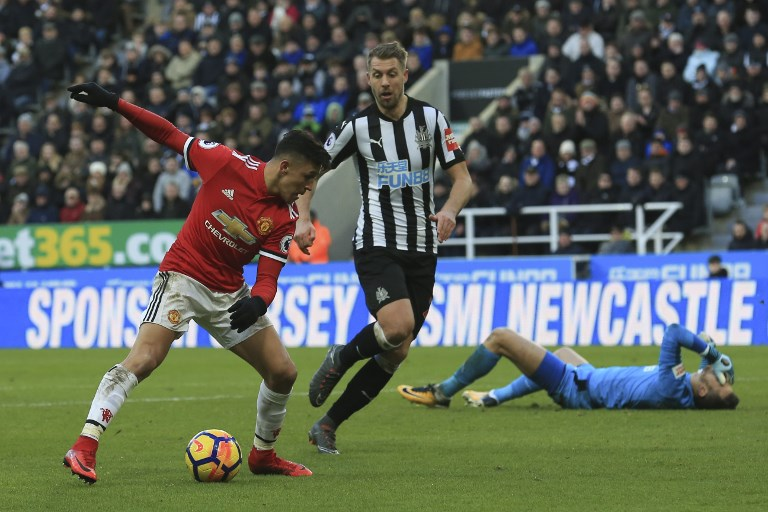 Manchester United's Chilean striker Alexis Sanchez (L) misses a chance in front of goal after beating Newcastle's Slovak goalkeeper Martin Dubravka (R) during the English Premier League football match between Newcastle United and Manchester United at St James' Park in Newcastle-upon-Tyne, north east England on February 11, 2018. / AFP PHOTO / Lindsey PARNABY / RESTRICTED TO EDITORIAL USE. No use with unauthorized audio, video, data, fixture lists, club/league logos or 'live' services. Online in-match use limited to 75 images, no video emulation. No use in betting, games or single club/league/player publications.  /