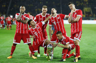 DORTMUND, GERMANY - AUGUST 05:  Arturo Vidal, Thomas Mueller, Joshua Kimmich, Franck Ribery, Rafinha and Robert Lewandowski (L-R) of Muenchen celebrate with the trophy after his team won the DFL Supercup 2017 match between Borussia Dortmund and Bayern Muenchen at Signal Iduna Park on August 5, 2017 in Dortmund, Germany.  (Photo by Alex Grimm/Bongarts/Getty Images )