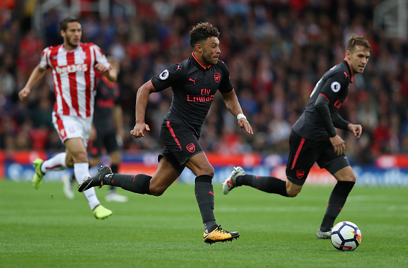 STOKE ON TRENT, ENGLAND - AUGUST 19:  Alex Oxlade-Chamberlain of Arsenal runs with the ball during the Premier League match between Stoke City and Arsenal at Bet365 Stadium on August 19, 2017 in Stoke on Trent, England.  (Photo by David Rogers/Getty Images)