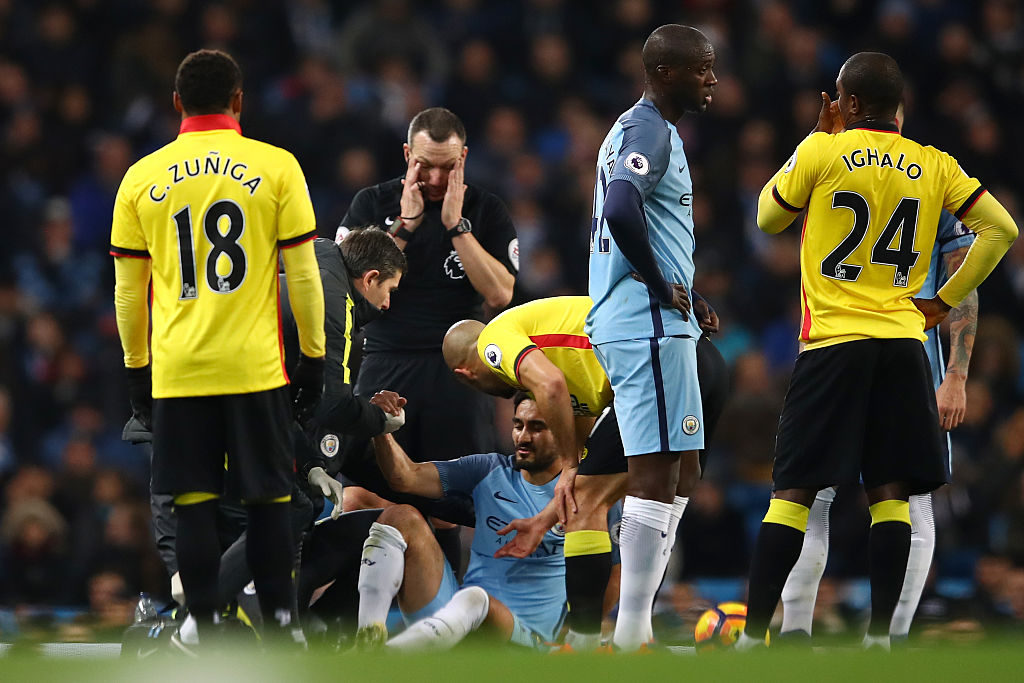 MANCHESTER, ENGLAND - DECEMBER 14: Ilkay Gundogan (C) of Manchester City receives medical treatment before being substituted due to an injury during the Premier League match between Manchester City and Watford at Etihad Stadium on December 14, 2016 in Manchester, England.  (Photo by Clive Brunskill/Getty Images)