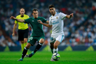 MADRID, SPAIN - SEPTEMBER 20: Marco Asensio (R) of Real Madrid CF competes for the ball with Andres Guardado (L) of Real Betis Balompie during the La Liga match between Real Madrid CF and Real Betis Balompie at Estadio Santiago Bernabeu on September 20, 2017 in Madrid, Spain.  (Photo by Gonzalo Arroyo Moreno/Getty Images)