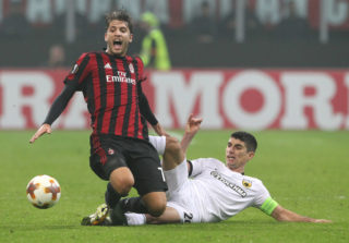 MILAN, ITALY - OCTOBER 19:  Manuel Locatelli of AC Milan clashes with Petros Mantalos of AEK Athens during the UEFA Europa League group D match between AC Milan and AEK Athens at Stadio Giuseppe Meazza on October 19, 2017 in Milan, Italy.  (Photo by Marco Luzzani/Getty Images)