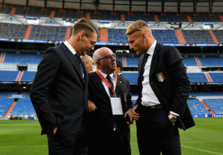 MADRID, SPAIN - SEPTEMBER 01:  (L-R) Andrea Belotti, President FIGC Carlo Tavecchio and Ciro Immobile chat at Estadio Santiago Bernabeu on September 1, 2017 in Madrid, Spain.  (Photo by Claudio Villa/Getty Images)