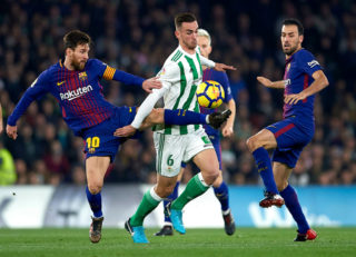 SEVILLE, SPAIN - JANUARY 21:  Fabian Ruiz of Real Betis Balompie (C) competes for the ball with Lionel Messi of FC Barcelona (L) and Sergio Busquets of FC Barcelona  (R) during the La Liga match between Real Betis and Barcelona at Estadio Benito Villamarin on January 21, 2018 in Seville, .  (Photo by Aitor Alcalde/Getty Images)