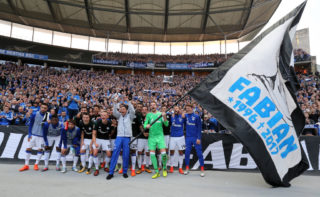 BERLIN, GERMANY - OCTOBER 14:  The players of Schalke celebrate with their supporters after winning the Bundesliga match between Hertha BSC and FC Schalke 04 at Olympiastadion on October 14, 2017 in Berlin, Germany.  (Photo by Matthias Kern/Bongarts/Getty Images)