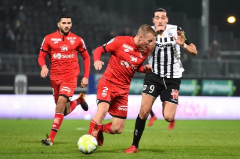 Dijon's Hungarian defender Adam Lang (C) vies with Angers' French forward Enzo Crivelli (R) during the French L1 Football match between Angers (SCO) and Dijon (DFCO), on December 20, 2017, in Raymond-Kopa Stadium, in Angers, northwestern France. / AFP PHOTO / JEAN-FRANCOIS MONIER