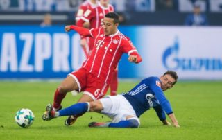 Schalke's Leon Goretzka (r) and Bayern's Thiago Alcantara vie for the ball during the German Bundesliga soccer match between FC Schalke 04 and Bayern Munich at the Veltins Arena in Gelsenkirchen,Germany, 19 September 2017.   (EMBARGO CONDITIONS - ATTENTION: Due to the accreditation guidelines, the DFL only permits the publication and utilisation of up to 15 pictures per match on the internet and in online media during the match.) Photo: Guido Kirchner/dpa