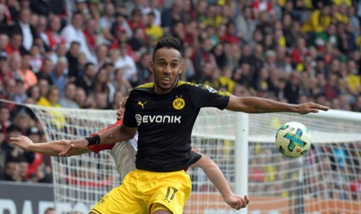 Augsburg's Jeffrey Gouweleeuw (l) and Pierre-Emerick Aubameyang of Dortmund vie for the ball during the German Bundesliga football match between FC Augsburg and Borussia Dortmund in Augsburg, Germany, 30 September 2017.    (EMBARGO CONDITIONS - ATTENTION: Due to the accreditation guidelines, the DFL only permits the publication and utilisation of up to 15 pictures per match on the internet and in online media during the match.) Photo: Stefan Puchner/dpa