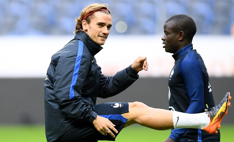 France's forward Antoine Griezmann (L) and France's midfielder N'Golo Kante attend in a training session at the Friends Arena in Solna on June 8, 2017, on the eve of the FIFA World Cup 2018 qualifying football match Sweden.   / AFP PHOTO / FRANCK FIFE