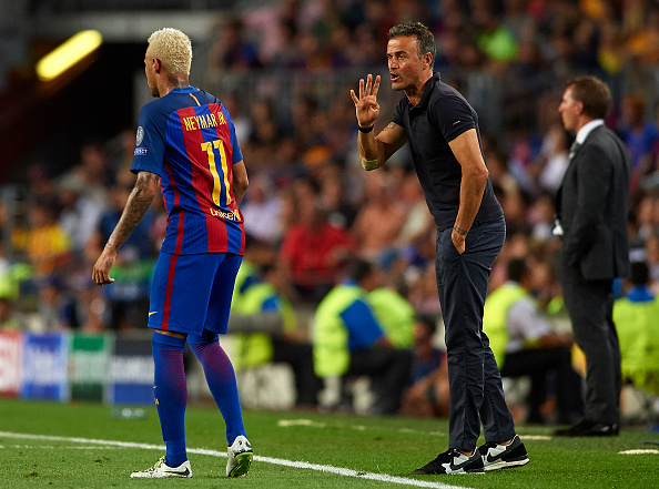 BARCELONA, SPAIN - SEPTEMBER 13:  FC Barcelona manager Luis Enrique gives instructions to Neymar JR during the UEFA Champions League Group C match between FC Barcelona and Celtic FC at Camp Nou on September 13, 2016 in Barcelona. Spain. (Photo by Manuel Queimadelos/Getty Images).  (Photo by Manuel Queimadelos Alonso/Getty Images)