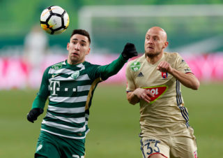 BUDAPEST, HUNGARY - DECEMBER 2: Fernando Gorriaran (L) of Ferencvarosi TC competes for the ball with Jozsef Varga #33 of Videoton FC during the Hungarian OTP Bank Liga match between Ferencvarosi TC and Videoton FC at Groupama Arena on December 2, 2017 in Budapest, Hungary. (Photo by Laszlo Szirtesi/Getty Images)