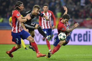From L: Atletico Madrid's defender from Brazil Filipe Luis, Qarabag's midfielder from Brazil Pedro Henrique and Atletico Madrid's defender from Croatia Sime Vrsaljko vie for the ball during the UEFA Champions League Group C football match between Qarabag FK and Club Atletico de Madrid in Baku on October 18, 2017. / AFP PHOTO / Alexander NEMENOV