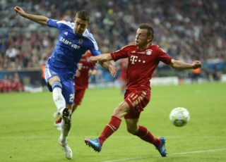 Bayern Munich's Croatian forward Ivica Olic (R) vies with Chelsea's British defender Gary Cahill during the UEFA Champions League final football match between FC Bayern Muenchen and Chelsea FC on May 19, 2012 at the Fussball Arena stadium in Munich. AFP PHOTO / ODD ANDERSEN / AFP PHOTO / ODD ANDERSEN