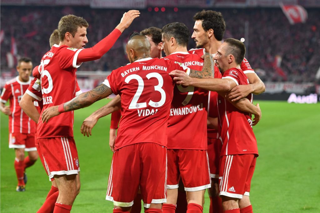 kollektiver Torjubel v.li:Thomas MUELLER (MULLER,FC Bayern Munich),Arturo VIDAL (FC Bayern Munich),Robert LEWANDOWSKI  (FC Bayern Munich),Mats HUMMELS (FC Bayern Munich),Franck RIBERY (FC Bayern Munich),Aktion, Jubel,Freude,Begeisterung, Fussball 1. Bundesliga, 6. Spieltag,Spieltag06, FC Bayern Munich (M)-VFL Wolfbsurg (WOB) 2-2, am 22.09..2017 in Muenchen/Deutschland, A L L I A N Z   A R E N A.   Verwendung weltweit
