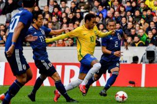 Brazil's forward Neymar (C) vies with Japan's midfielder Ideguchi Yosuke (R) during  the friendly football match between Japan and Brazil on November 10, 2017 at the Pierre Mauroy Stadium in Villeneuve d'Ascq, northern France.  / AFP PHOTO / PHILIPPE HUGUEN