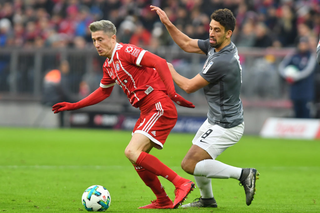 Robert LEWANDOWSKI  (FC Bayern Munich),Aktion,duels versus Rani KHEDIRA (FC Augsburg), Fussball 1. Bundesliga, 12.Spieltag,Spieltag12, FC Bayern Munich (M)-FC Augsburg (A) 3-0, ,am 18.11.2017 in Muenchen/Germany, A L L I A N Z   A R E N A. |usage worldwide