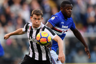 Juventus' defender Stephan Lichtsteiner from Switzerland (L) fights for the ball with Sampdoria's forward Duvan Zapata from Colombia during the Italian Serie A football match Sampdoria Vs Juventus on November 19, 2017 at the 'Luigi Ferraris' Stadium in Genoa. / AFP PHOTO / MARCO BERTORELLO