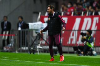 Head coach Andre Villas-Boas of China's Shanghai SIPG reacts as he watches his players competing against Japan's Urawa Red Diamonds in the second semifinal match during the 2017 AFC Champions League in Urawa, Saitama, Japan, 18 October 2017.  Japan's Urawa Red Diamonds defeated China's Shanghai SIPG 1-0.