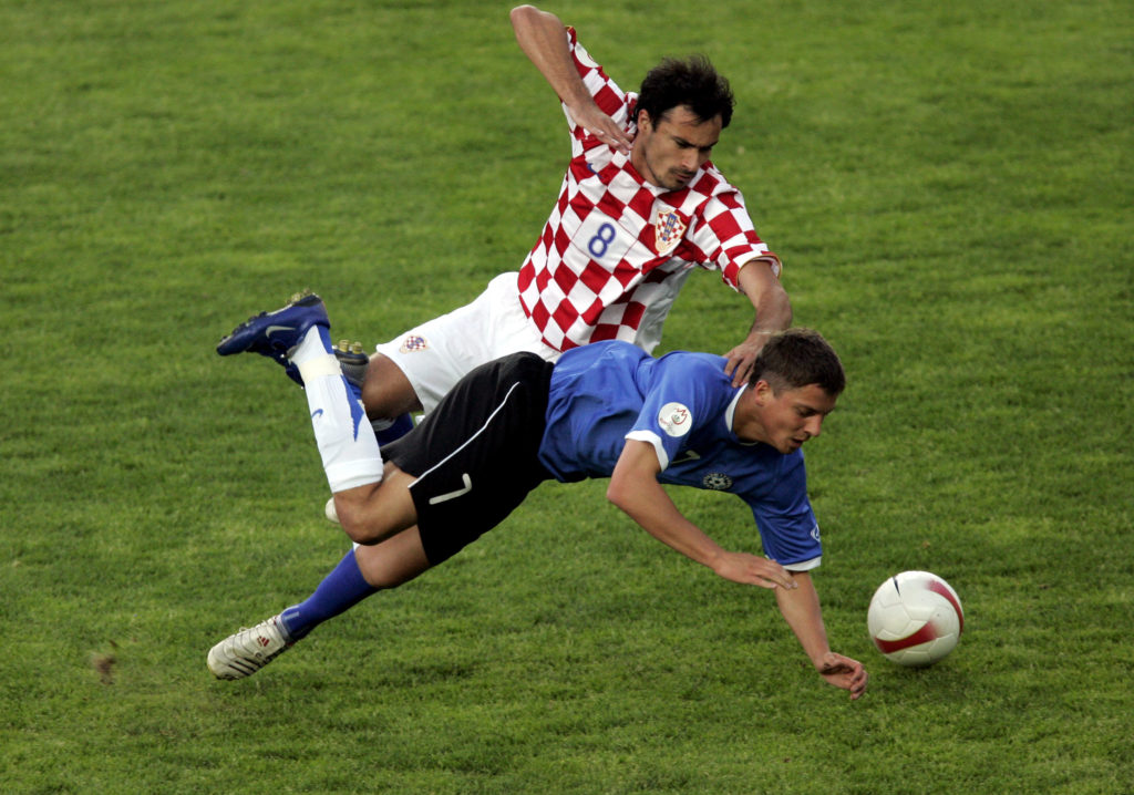 Croatia's Marko Babic (L) fights for the ball against Estonia's Oliver Konsa during their Euro 2008 Group E qualifying soccer match in Tallinn, Estonia, 02 June 2007.  AFP PHOTO/ RAIGO PAJULA / AFP PHOTO / RAIGO PAJULA