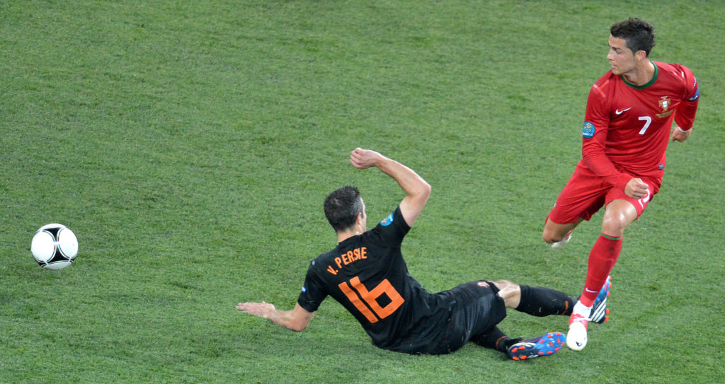 Dutch forward Robin van Persie (L) vies with Portuguese forward Cristiano Ronaldo during the Euro 2012 football championships match Portugal vs. Netherlands, on June 17, 2012 at the Metalist stadium in Kharkiv.         AFP PHOTO / SERGEI SUPINSKY / AFP PHOTO / SERGEI SUPINSKY
