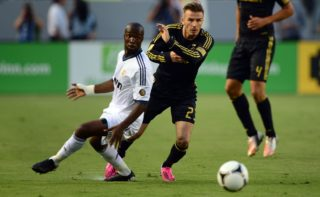 David Beckham of the LA Galaxy (C) and Lass Diarra of Real Madrid (L) fight for the ball during their World Football Challenge friendly football match on August 2, 2012 in Carson, California. Real Madrid defeated the LA Galaxy 5-1.    AFP PHOTO / Frederic J. BROWN / AFP PHOTO / FREDERIC J. BROWN