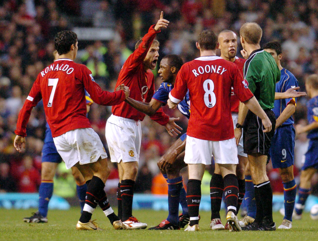 Manchester United's Phil Neville (2nd L) argue with the referee as teammate Christiano Ronald (L) helps Arsenal's Patrick Vieir to his feet during  their Premier League football match against Arsenal at Old Trafford, Manchester, United Kingdom, 24 October 2004.    AFP PHOTO/PAUL BARKER          NO TELCOS, WEBSITES SUBJECT TO DESCRIPTION OF LICENCE WITH FAPL AT WWW.FAPLWEB.COM / AFP PHOTO / PAUL BARKER