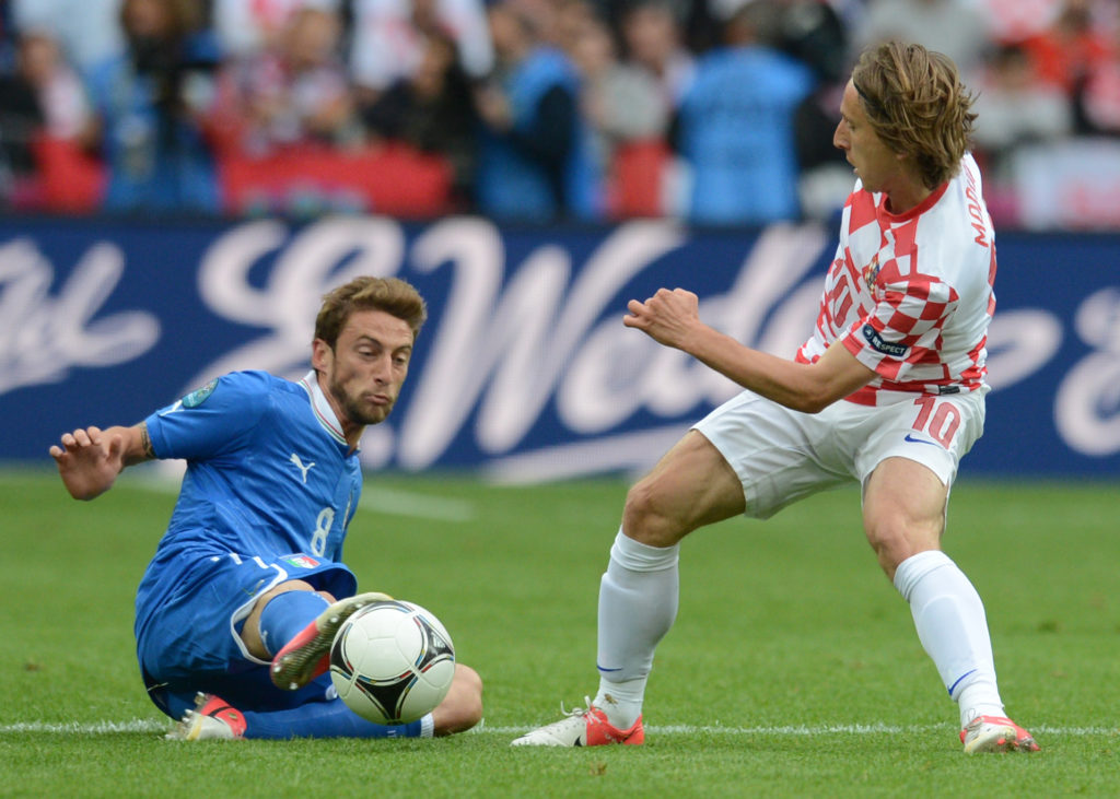 Croatian midfielder Luka Modric (L) vies with Italian midfielder Claudio Marchisio during the Euro 2012 championships football match Italy vs Croatia on June 14, 2012 at the Municipal Stadium in Poznan. AFP PHOTO / FRANCISCO LEONG / AFP PHOTO / FRANCISCO LEONG