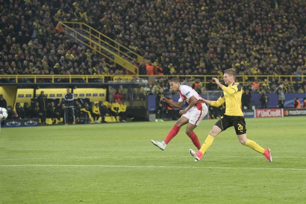 Kylian MBAPPE (Monaco)(l.) erzielt das Tor zum 3:1; Lukasz PISZCZEK (DO) kommt zu spaet; Fussball Champions League, Viertelfinale, Hinspiel, Borussia Dortmund (DO) - AS Monaco (Monaco) 2:3, am 12.04.2017 in Dortmund/ Deutschland. | Verwendung weltweit