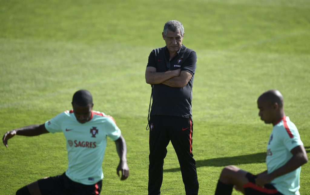"""Portugal's coach Fernando Santos (C) looks  at his players during a training session at the """"Cidade do Futebol"""" training camp in Oeiras, in the outskirts of Lisbon, on August 30, 2017, on the eve of the FIFA World Cup 2018 qualification football match between Portugal and Faroe Islands.  / AFP PHOTO / FRANCISCO LEONG"""