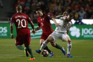 Hungary's forward Gergo Lovrencsics (R) vies for the ball with Portugal's defender Raphael Guerreiro (C) and Portugal's midfielder Quaresma (L)  during the WC 2018 qualifier football match between Portugal vs Hungary, in Lisbon, on March 25, 2017.  (Photo by Carlos Palma/NurPhoto)