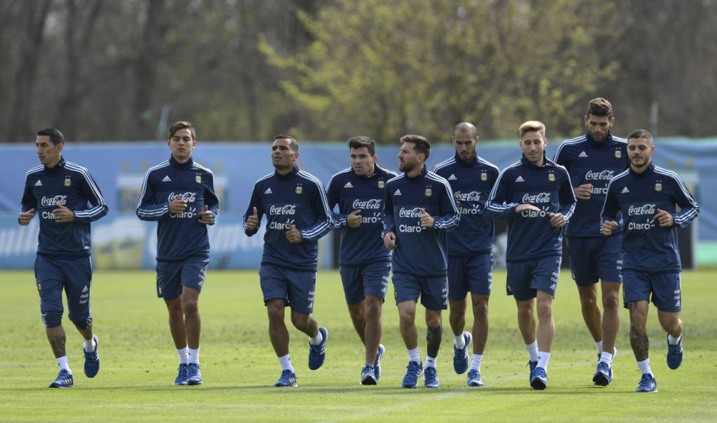 Argentina's footballers (L-R) midfielder Angel Di Maria, forward Paulo Dybala, defender Gabriel Mercado, midfielder Marcos Acuna, forward Lionel Messi, midfielder Guido Pizarro, midfielder Lucas Biglia, defender Federico Fazio and forward Mauro Icardi jog during a training session in Ezeiza, Buenos Aires on September 1, 2017 ahead of a 2018 FIFA World Cup Russia South American qualifier football match against Venezuela to be held in Buenos Aires on September 5. / AFP PHOTO / JUAN MABROMATA