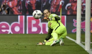 Leipzig's Hungarian goalkeeper Peter Gulacsi watches the ball go into the goal as Bayern Munich scores the 1-1 during the German first division Bundesliga football match between RB Leipzig and FC Bayern Munich on May 13, 2017 in Leipzig, eastern Germany.  / AFP PHOTO / John MACDOUGALL / RESTRICTIONS: DURING MATCH TIME: DFL RULES TO LIMIT THE ONLINE USAGE TO 15 PICTURES PER MATCH AND FORBID IMAGE SEQUENCES TO SIMULATE VIDEO. == RESTRICTED TO EDITORIAL USE == FOR FURTHER QUERIES PLEASE CONTACT DFL DIRECTLY AT + 49 69 650050
