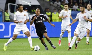 From L: Roma's defender from Brazil Juan and Qarabag's forward from South Africa Dino Ndlovu vie for the ball during the UEFA Champions League Group C football match between Qarabag FK and AS Roma in Baku on September 27, 2017. / AFP PHOTO / TOFIK BABAYEV