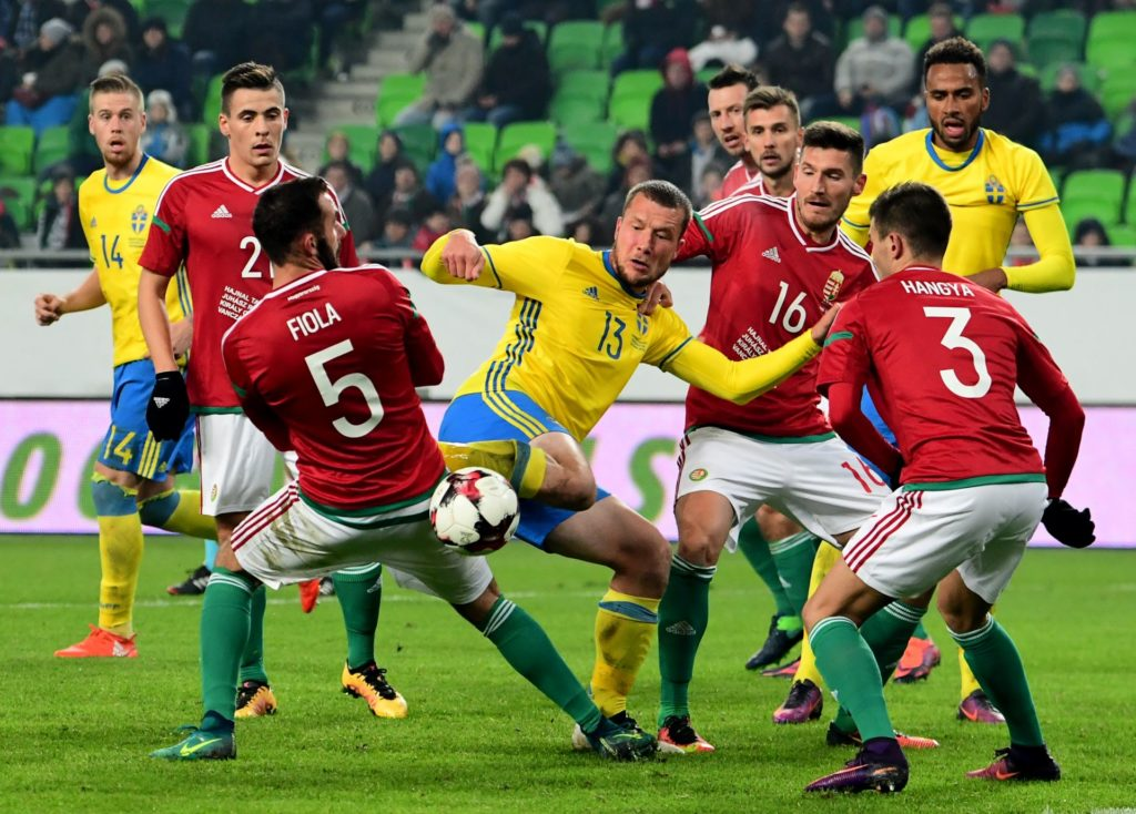 Sweden's Jakob Johansson (C) fights for the ball with Hungary's Endre Botka (2), Attila Fiola(5), Adam Pinter (16) and Szilveszter Hangya (R) during the friendly football match Hunhgary vs Sweden in Budapest, on November 15, 2016.    / AFP PHOTO / ATTILA KISBENEDEK