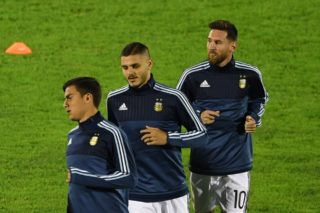(L-R) Argentina's players Paulo Dybala, Mauro Icardi and Lionel Messi warm-up before the start of the 2018 World Cup football qualifier match against Uruguay in Montevideo, on August 31, 2017. / AFP PHOTO / Pablo PORCIUNCULA BRUNE