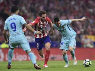 Barcelona's Argentinian forward Lionel Messi (R) vies with Atletico Madrid's Spanish midfielder Saul Niguez (C) during the Spanish league football match Club Atletico de Madrid vs FC Barcelona at the Wanda Metropolitano stadium in Madrid on October 14, 2017. / AFP PHOTO / JAVIER SORIANO