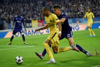 Paris Saint-Germain's French forward Kylian Mbappe (L) vies with Anderlecht's Belgian midfielder Leander Dendoncker during the UEFA Champions League Group B football match between RSC Anderlecht and Paris Saint-Germain (PSG) at the Constant Vanden Stock Stadium in Brussels on October 18, 2017. / AFP PHOTO / JOHN THYS