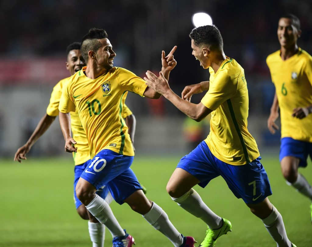 Brazil´s Alan (L) celebrates his goal against Chile during their South American U-17 football tournament match in Rancagua, Chile on March 19, 2017. / AFP PHOTO / MARTIN BERNETTI