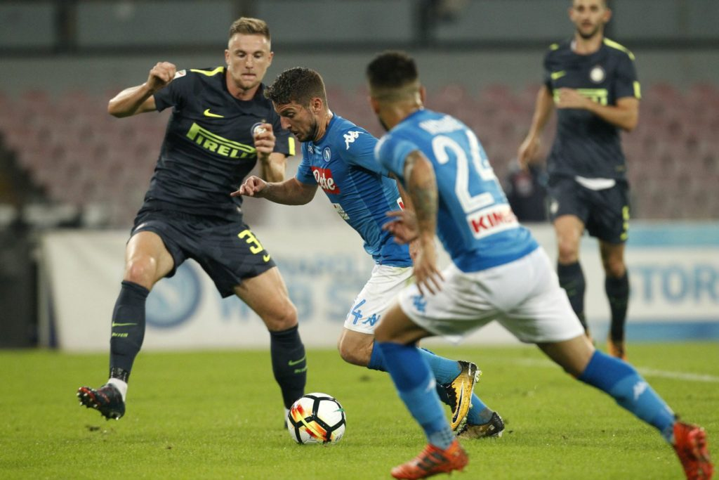 Napoli's Belgian striker Dries Mertens (2nd-L) fights for the ball with Inter Milan's Slovak defender Milan Skriniar (1st-L) during the Italian Serie A football match SSC Napoli vs FC Internazionale Milano on October 21 2017 at the San Paolo Stadium. / AFP PHOTO / CARLO HERMANN