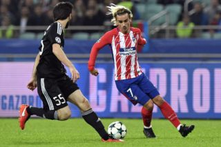 Qarabag's defender from Azerbaijan Badavi Guseynov (L) and Atletico Madrid's forward from France Antoine Griezmann vie for the ball during the UEFA Champions League Group C football match between Qarabag FK and Club Atletico de Madrid in Baku on October 18, 2017. / AFP PHOTO / Alexander NEMENOV