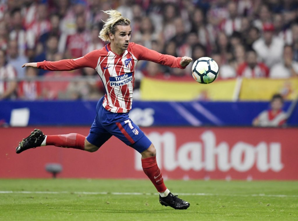 Atletico Madrid's French forward Antoine Griezmann kicks the ball during the Spanish league football match Club Atletico de Madrid vs FC Barcelona at the Wanda Metropolitano stadium in Madrid on October 14, 2017. / AFP PHOTO / GABRIEL BOUYS