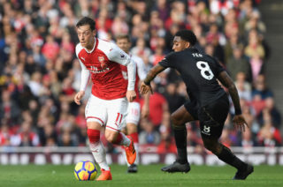 LONDON, ENGLAND - OCTOBER 28: Mesut Ozil of Arsenal and Leroy Fer of Swansea City battle for possession during the Premier League match between Arsenal and Swansea City at Emirates Stadium on October 28, 2017 in London, England.  (Photo by Shaun Botterill/Getty Images)