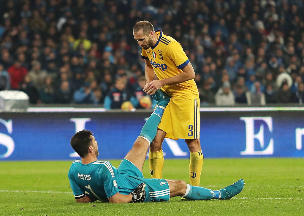 NAPLES, ITALY - DECEMBER 01: Giorgio Chiellini helps Gianluigi Buffon player of Juventus injured during the Serie A match between SSC Napoli and Juventus at Stadio San Paolo on December 1, 2017 in Naples, Italy.  (Photo by Francesco Pecoraro/Getty Images)