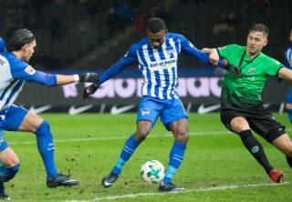 Berlin's Salomon Kalou (C) scores the 2-0 goal, Hanover's Waldemar Anton (R) cannot prevent the goal during the German Bundesliga soccer match between Hertha BSC and Hanover 96 in the Olympiastadion in Berlin, Germany, 13 December 2017.  (EMBARGO CONDITIONS - ATTENTION: Due to the accreditation guidelines, the DFL only permits the publication and utilisation of up to 15 pictures per match on the internet and in online media during the match.) Photo: Annegret Hilse/dpa