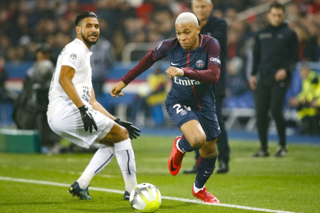 PSG's Kylian Mbappe runs with the ball during the French Championship Ligue 1 football match between Paris Saint-Germain and SM Caen on December 20, 2017 at Parc des Princes stadium in Paris, France - Photo Geoffroy Van Der Hasselt / DPPI